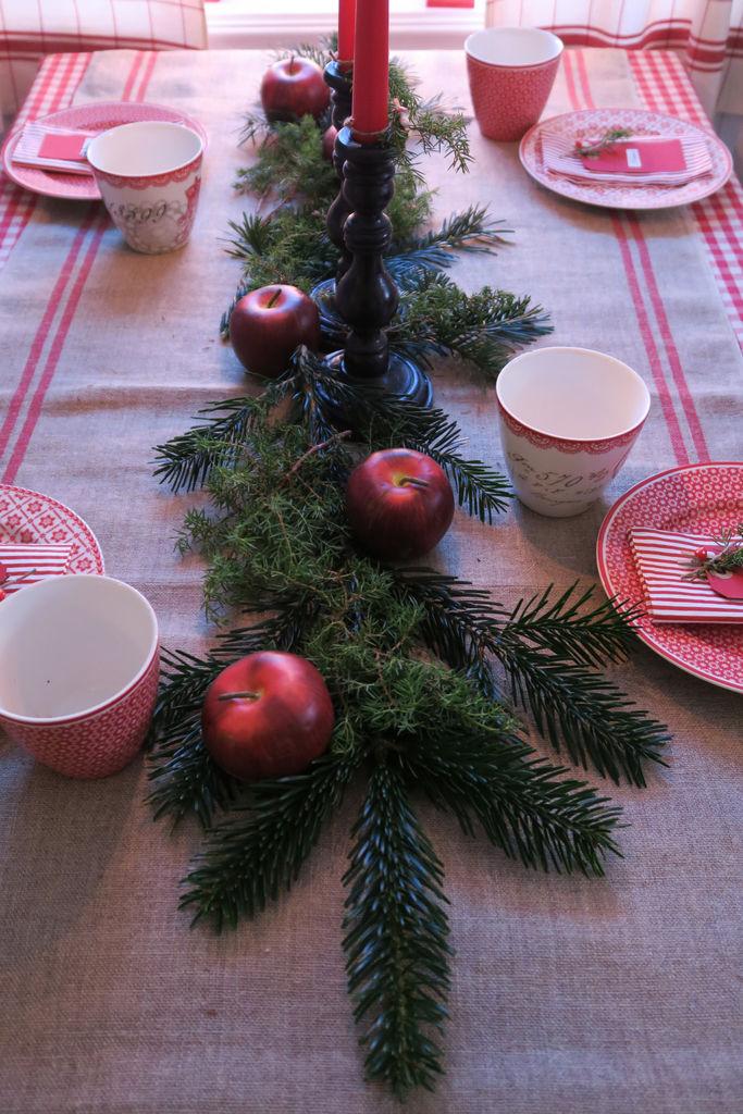 Ideer til hvordan du kan dekke et nostalgisk julebord med hjelp av naturmaterialer.