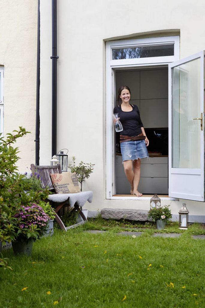 Eierne av denne leiligheten på Grünerløkka kan sette føttene på grønt gress rett utenfor kjøkkendøra. I takhagen har de også urter og en liten kjøkkenhage.