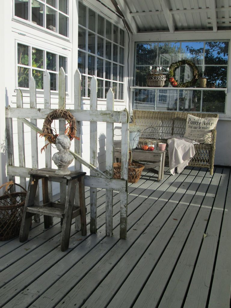 Samle skatter fra naturen som mose, kongler og epler og lag pynt til hagen eller terrassen. Epler fra hagen  kan også være et fint dekorelement.