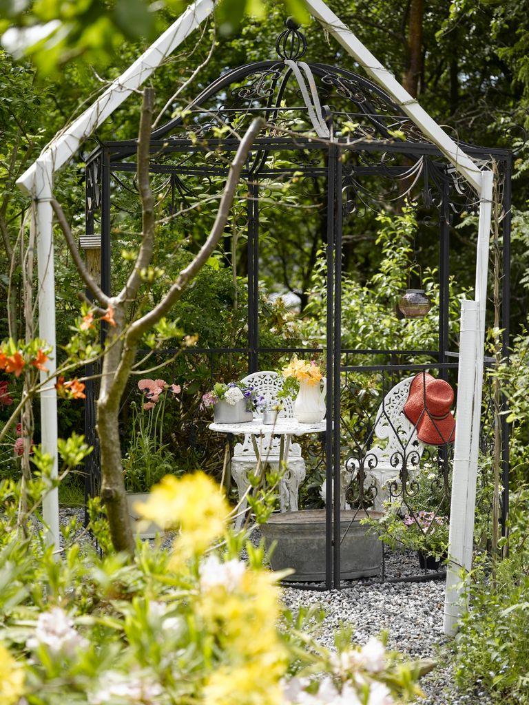 Magnolia blomstrer side om side med danske villtusenfryd og eksotiske kiwi, ferskener og druer. I denne hyttehagen er det planter fra alle verdens hjørner