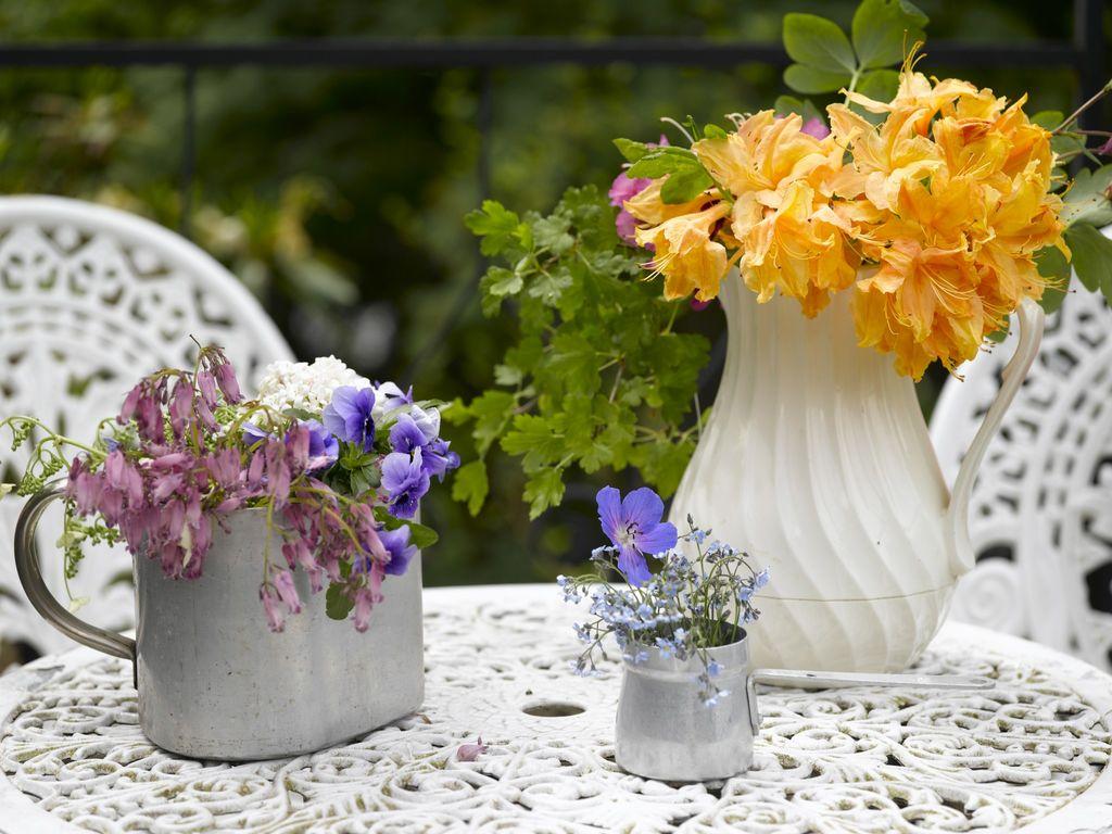 Hvorfor ikke pynte kaken med rhododendronblomster? Eller fylle en balje med vann og la blomstene flyte fritt? Slik kan du  lage ny pynt med hageblomster.
