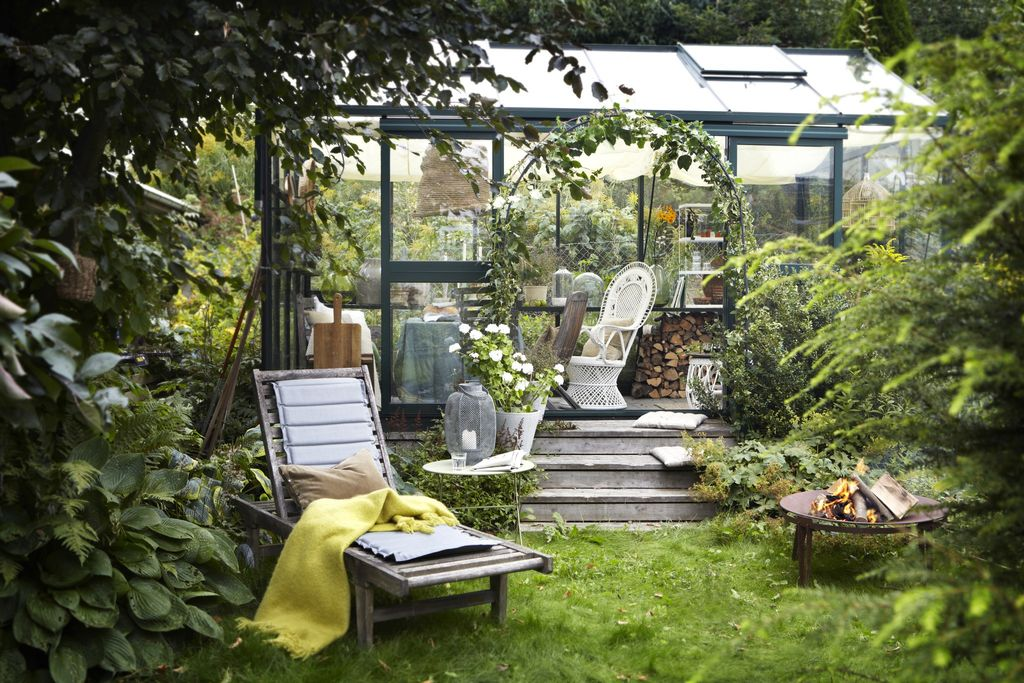 Eieren av denne hagen synes at plenklipping og luking er kjedelig. Han ville ha en lettstelt hage, og dyrker kun det gode liv i sitt koselige drivhus.