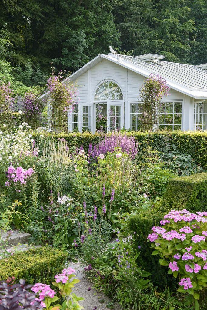 En romantisk hage skal appellere til alle sanser; den skal være vakker å se på, dufte godt og man hører lyden av rislende vann, fuglesang og humlesumming.