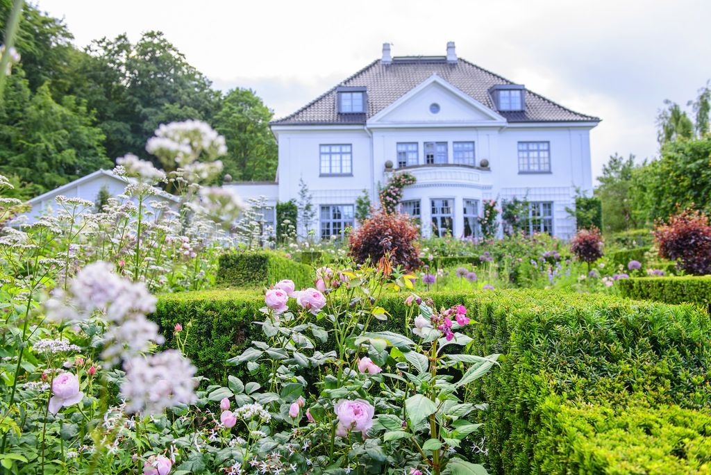 Claus Dalbys romantiske hage med roser og blomster.