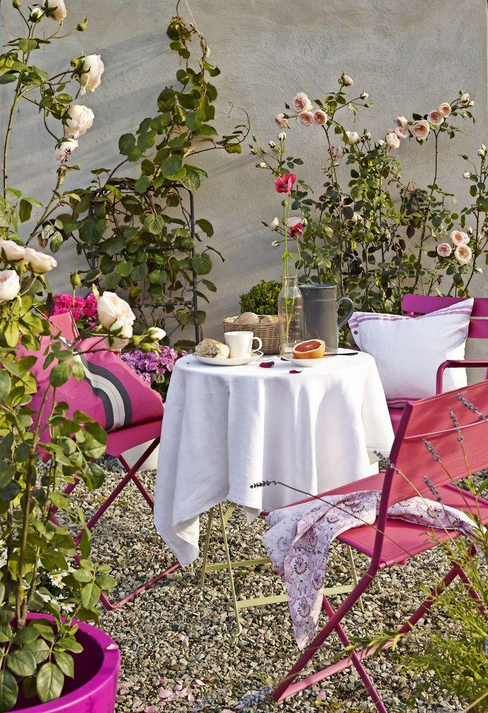En hage med litt av alt: Bed, krukker, bær og trær. Stilen er kontinental, så her er det bare å invitere til elegant britisk ettermiddagsteselskap.