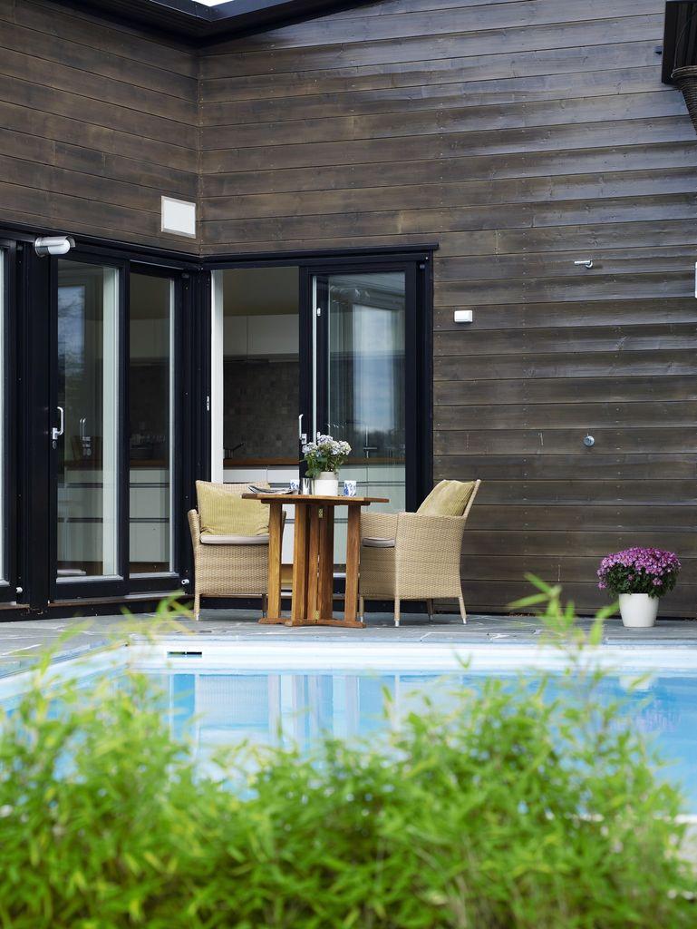 Ny uteplass ga rom for nye løsninger. Et avskjermet uterom åpner seg mot ettermiddagssolen og luner svømmebassenget.