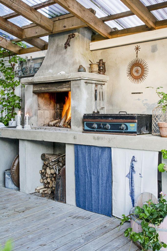 Dette huset på landet har en uteplass som kan brukes fra tidlig vår til sen høst. Slitte møbler, fargerike tekstiler og frodige planter er stikkord.