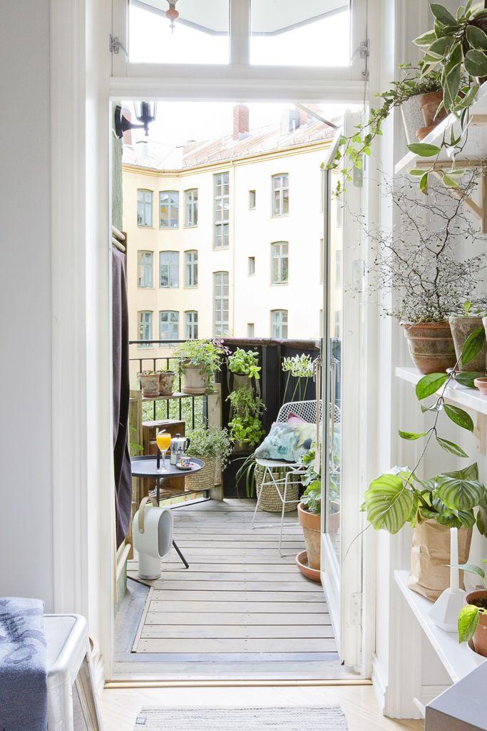 Den lille balkongen blir en lun kosekrok med sammenleggbare møbler, små potter med urter og klatreplanter.