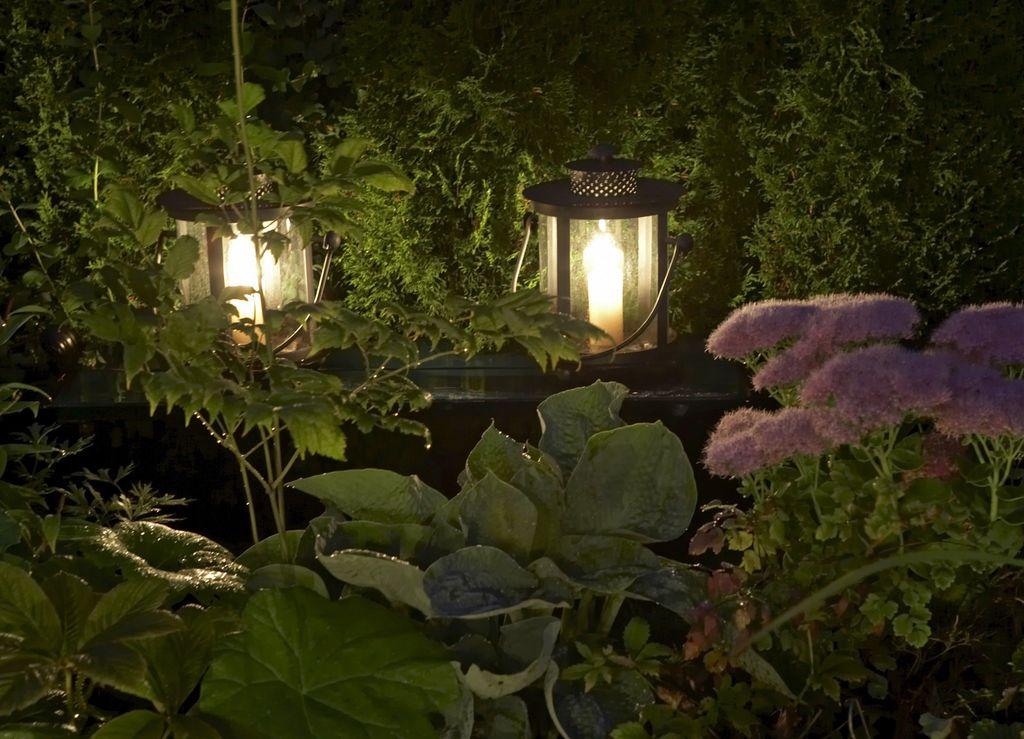 Hagen er opplyst med elektrisk lamper og levende flammer.