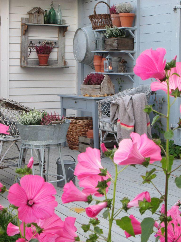 Med lyng, lykter, pledd og naturmaterialer får du høststemning på uteplassen.