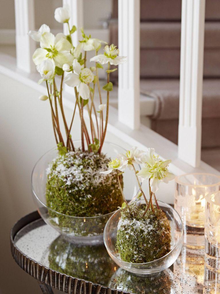 Duften av svibler og granbar gir garantert julestemning. Se hvordan juleblomster setter prikken over i-en i dette julehuset.