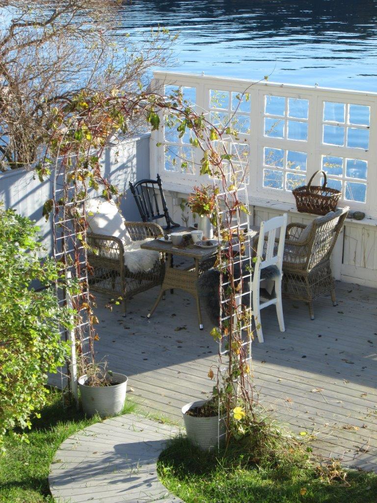 Bruk høstens egne farger til borddekking. I vakkert høstvær er det koselig å pynte et bord i hagen eller på uteplassen.
