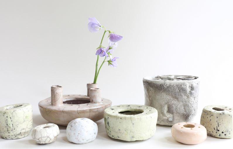 Keramikken ble ikke igjen på 70-tallet, den kom i aller høyeste grad tilbake igjen, og den sjarmerende håndlagde følelsen er igjen i stort utvalg i butikkene. Her er noen favorittvaser.
