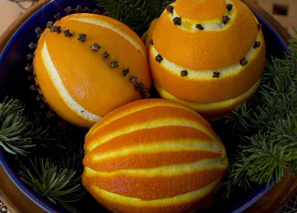 Se hvordan du lager vakre juleappelsiner med nellikspiker.