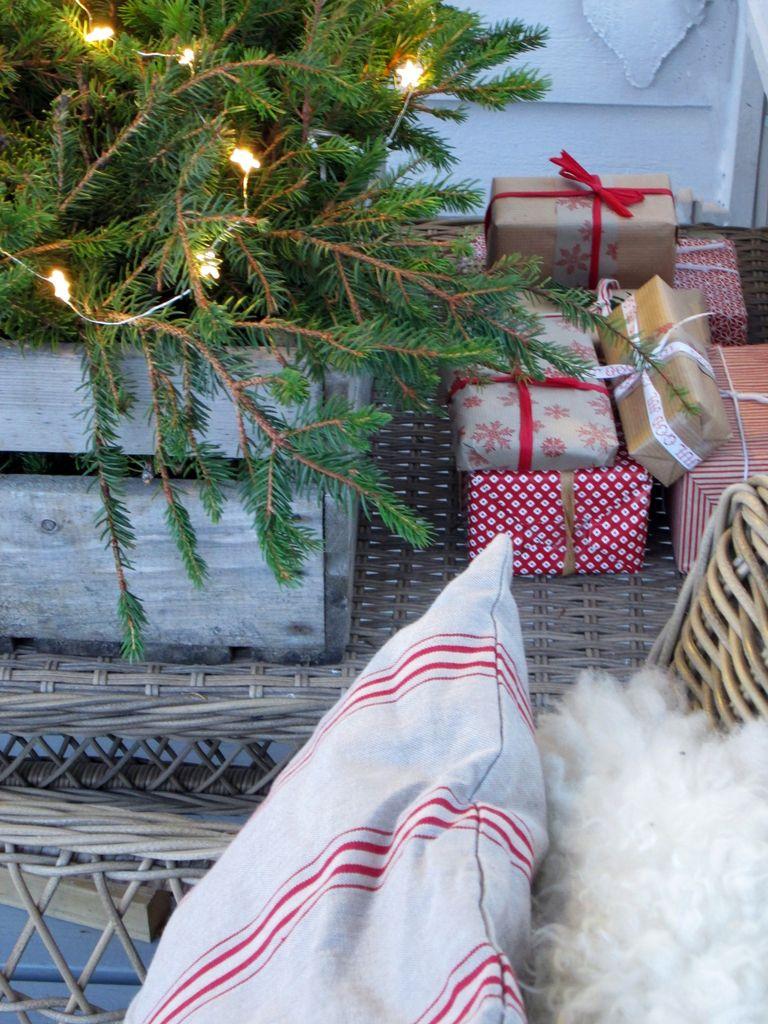 Her kan du se hvordan du med enkle midler kan lage julestemning på terrassen.