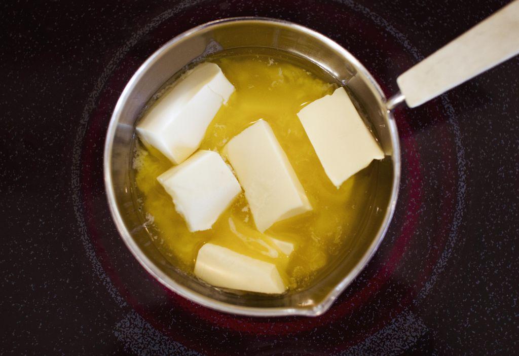 Ta vare på rester av ferske urter ved å fryse dem i smør.
