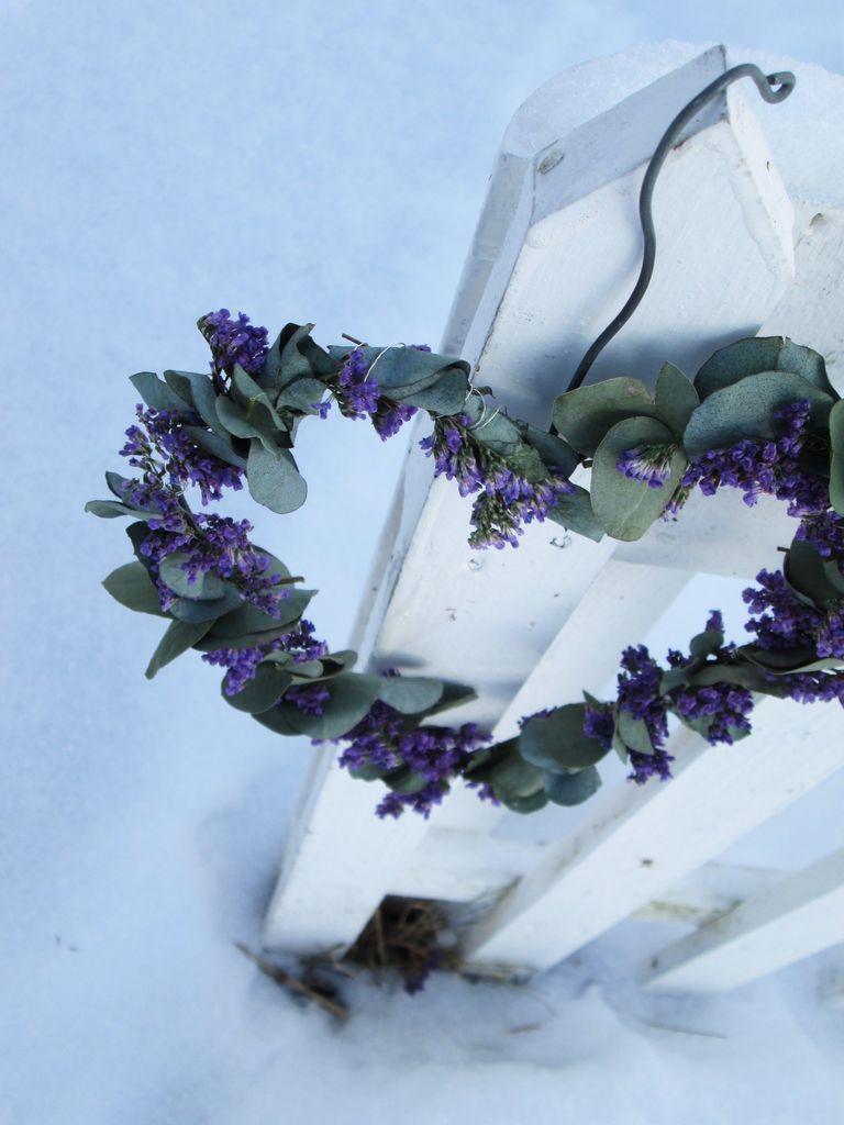 Her kan du se hvordan du kan dekorere et hjerte av ståltråd med blomster.