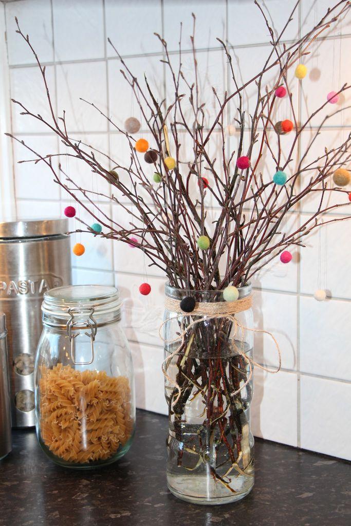 Slik lager du litt annerledes påskepynt. Bruk ulike former for kvister, og bytt ut eggene med filtkuler, fjær og hva annet du synes er fint.