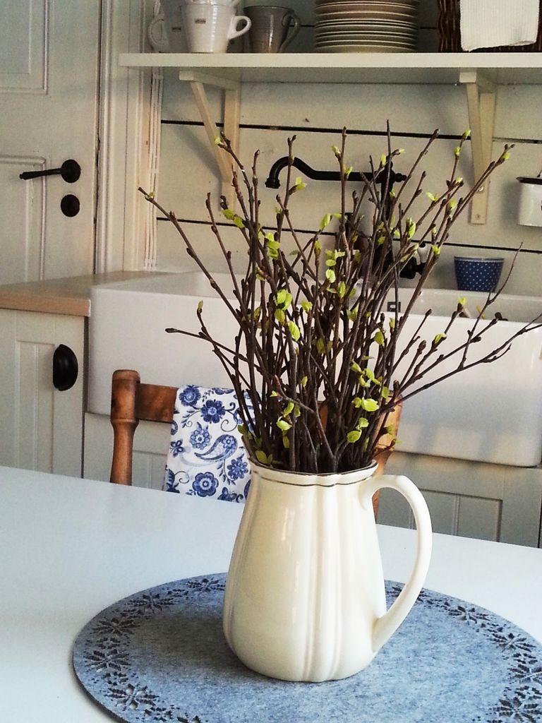 Ta med kvister fra hagen eller skogen inn, og la de springe ut innendørs. Det er som om våren er kommet på besøk.
