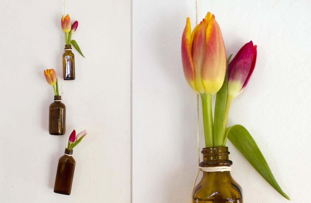 Heng blomstene rett på veggen med denne enkle ideen.