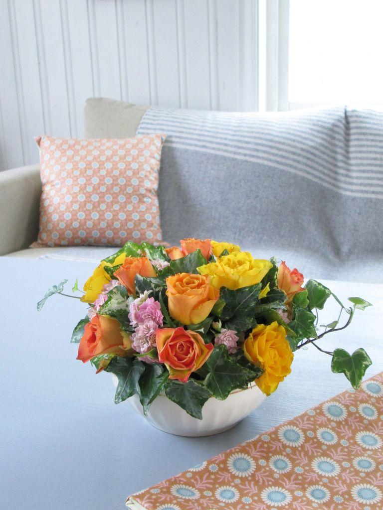 Et DIY-innlegg med tips til hvordan du kan sette sammen en vakker blomsteroppsats.