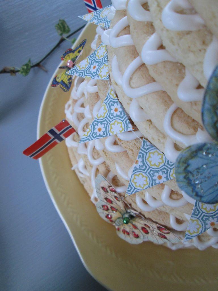 Dekk et vårlig festbord. Med blomster, mønstre, servietter og glansbilder får du et fargerikt bord til bursdag eller konfirmasjon.