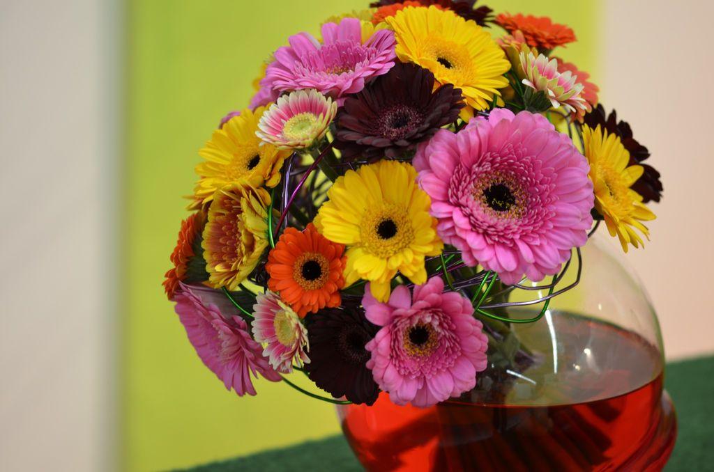 Blomstervasen bør være helt ren før blomstene settes opp i vasen.