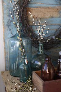 Flaskene har jeg gruppert etter farge. Brunt sammen og blått sammen.