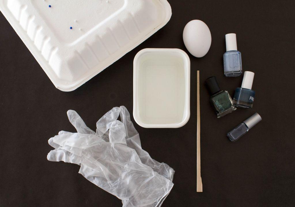 Slik lager du marmorerte påskeegg med vann og neglelakk.