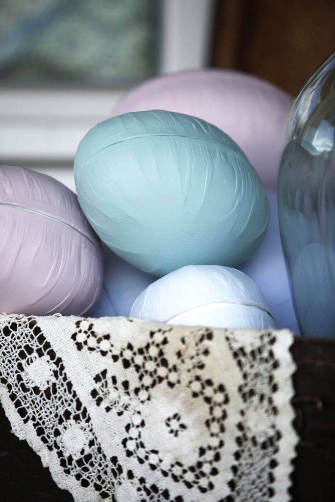 Pynt til påske med pastellfarger. Har du gamle påskeegg liggende, er det ganske moro å lage pastellpåskepynt. Se så koselig og vakkert inngangspartiet ble!