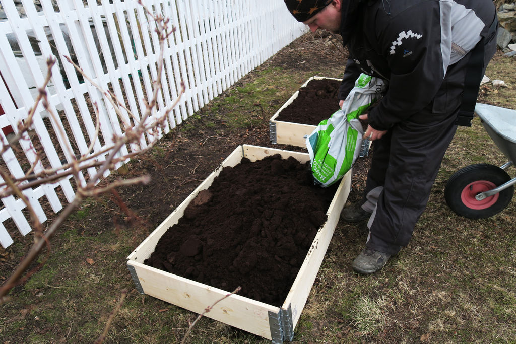Tips til bruk av pallekarmer i hagen, beising av disse, samt hellelegging.