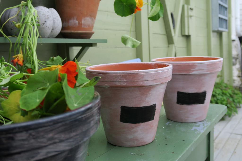 DIY: Lag din egen vri på krukkene ved hjelp av hvitmaling, tavlemaling og kritt.
