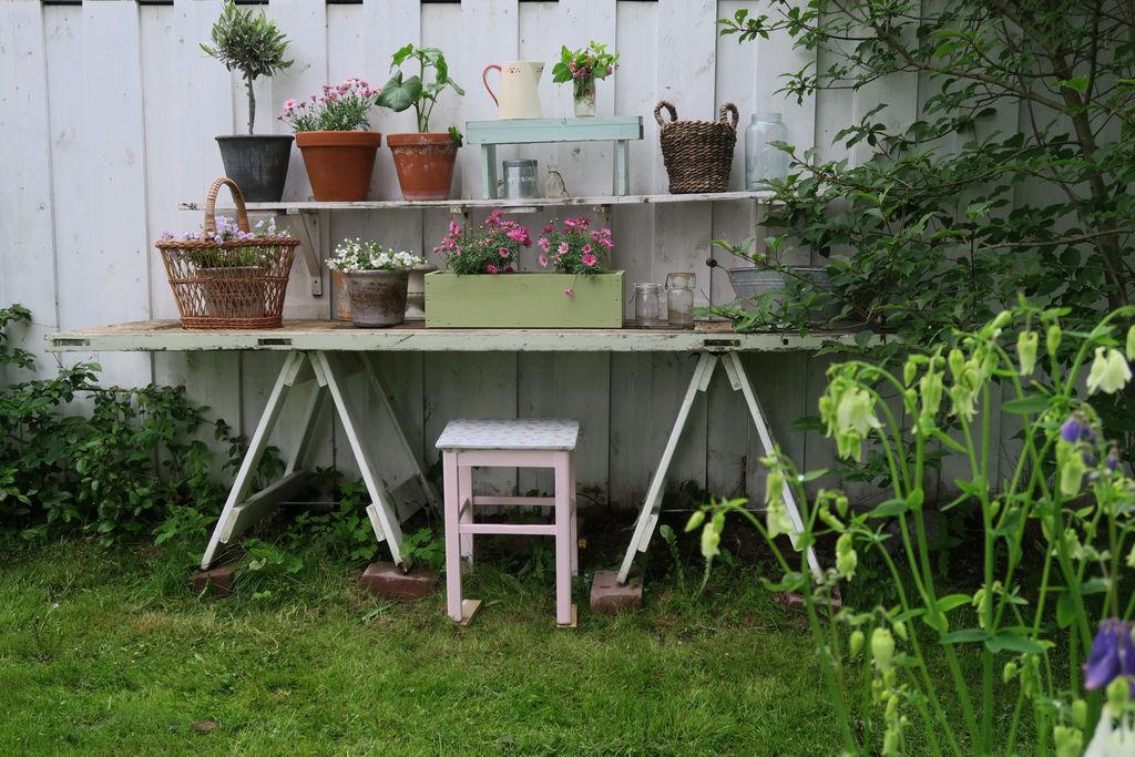 Tips til hvordan ei gammel dør kan bli til et fint blomsterbord i hagen.