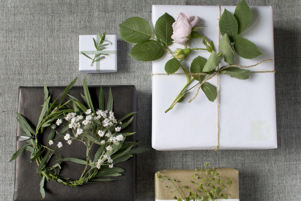 Lag personlig og lekker gaveinnpakning med blomster og blader du plukker i hagen.