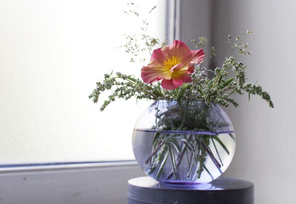 Få mye ut av buketten ved å lage flere små blomsterarrangementer.