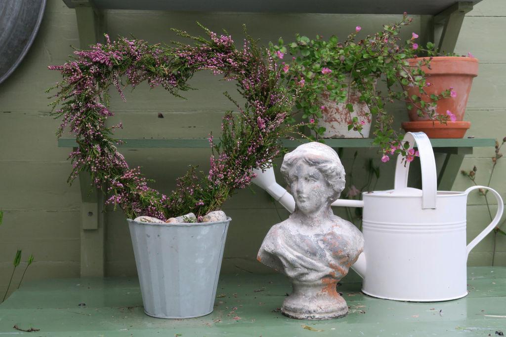 DIY - Lag et dekorativt hjerte av røsslyng, annen lyng kan også brukes sammen med den, eller du kan kjøpe erica om du ikke finner røsslyng der du bor.