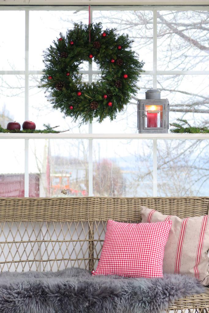 Her finner du en enkel beskrivelse av hvordan du kan lage en vakker julekrans.